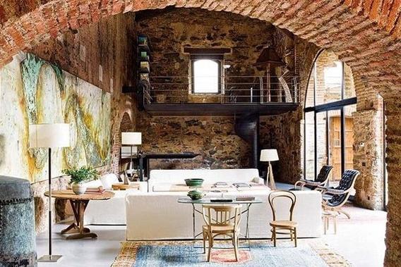 Каменные стены пользуются популярностью в каталонских интерьерах