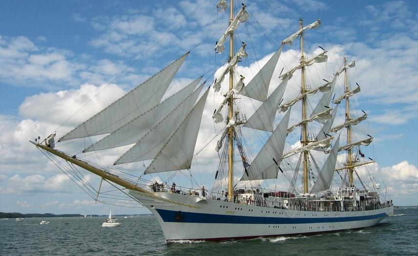 Российский учебный фрегат «Мир» пришвартуется в бухте Кадиса