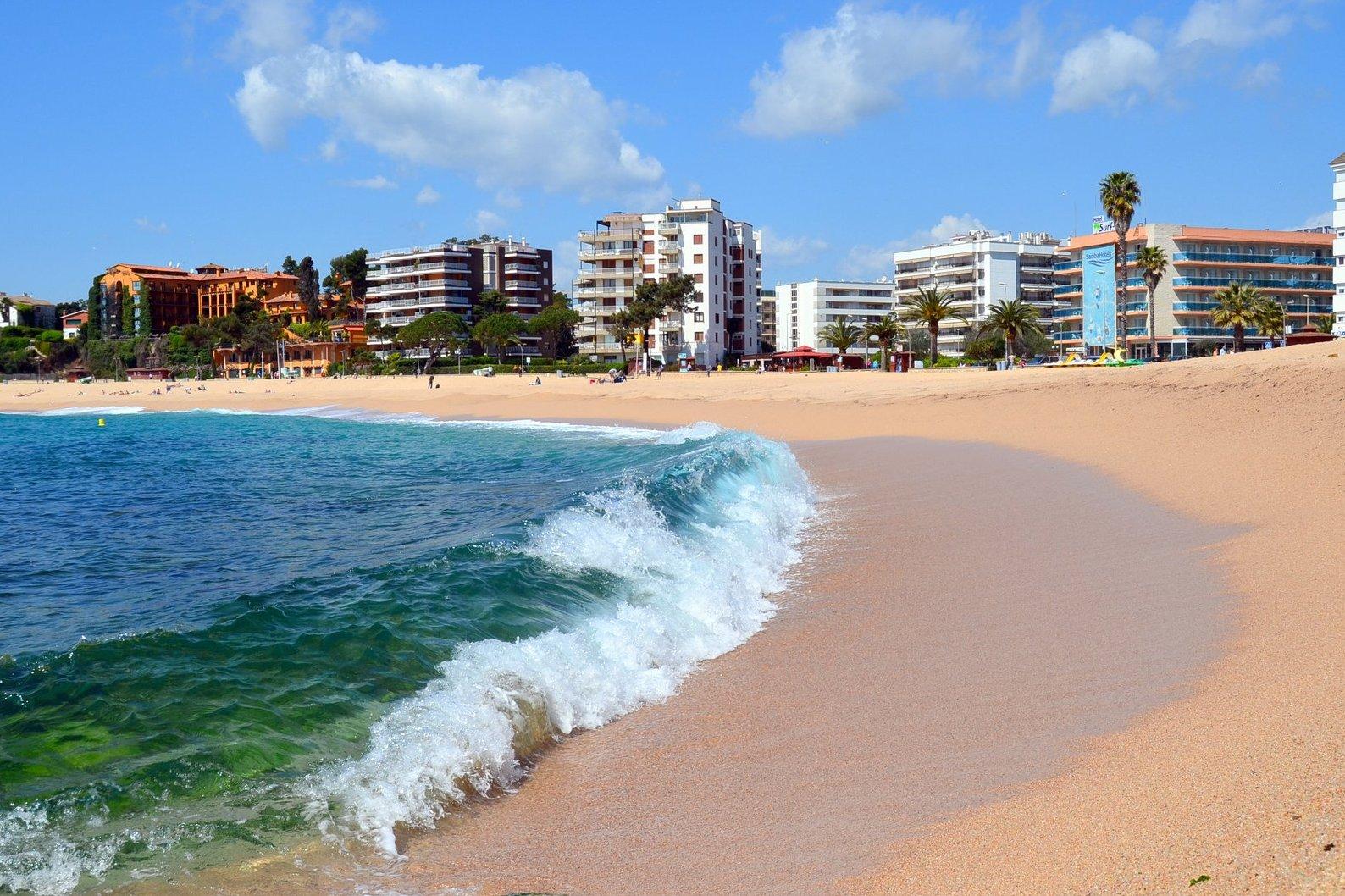Пляж Феналс в Льорет-де-Маре, Коста-Брава. Отлично подходит для отдыха с детьми