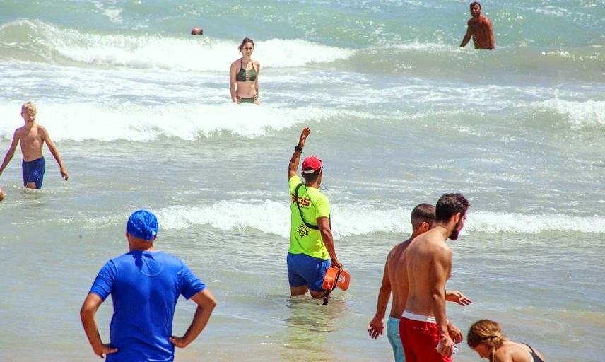 В Хавее впервые оштрафовали любителей купаться в штормовом море