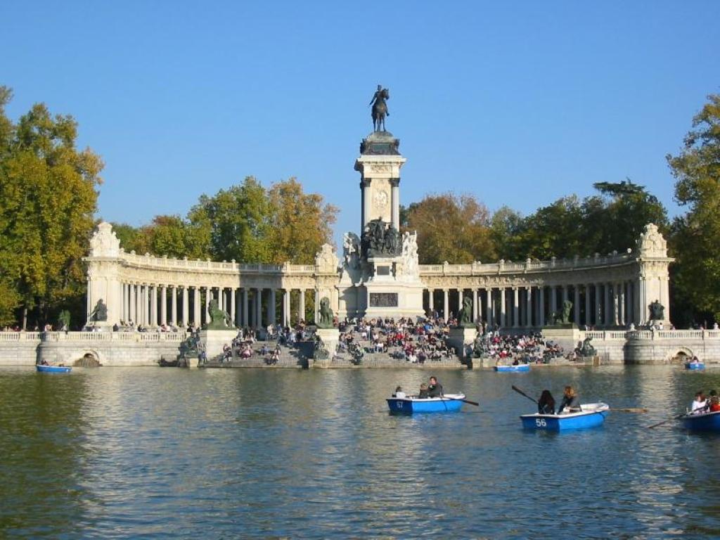 Parque del retiro en madrid parque municipal en espa a for Parque del retiro barcas