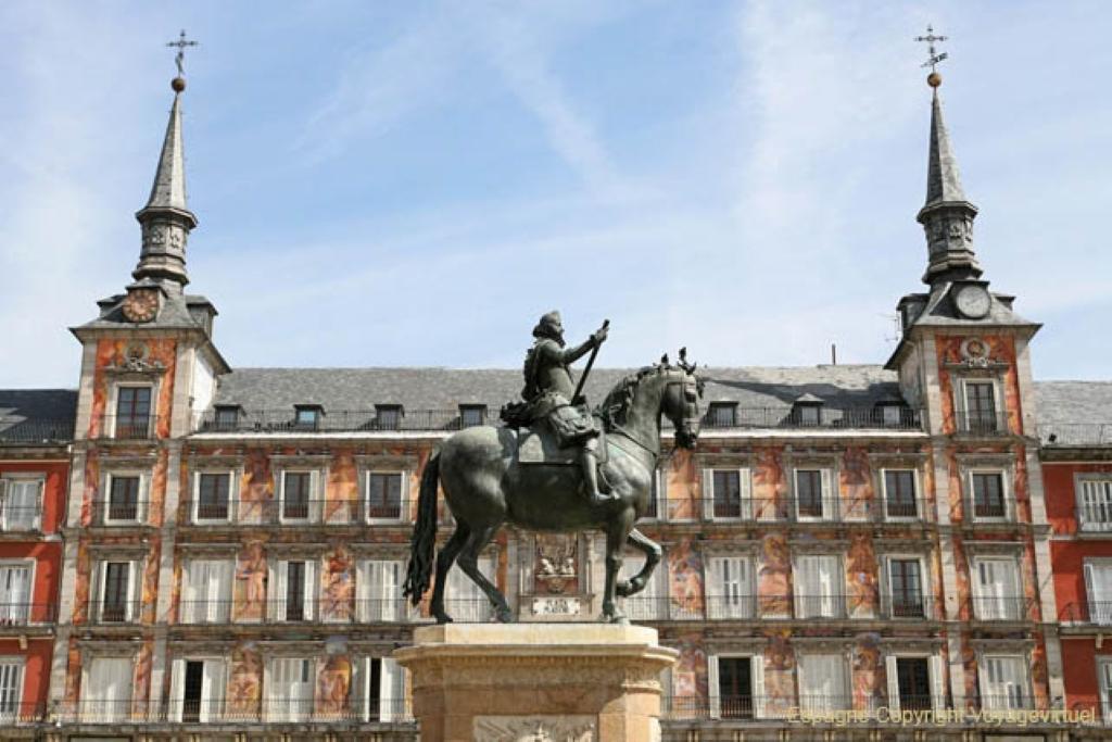 Plaza mayor en madrid plazas en espa a for Direccion madrid espana