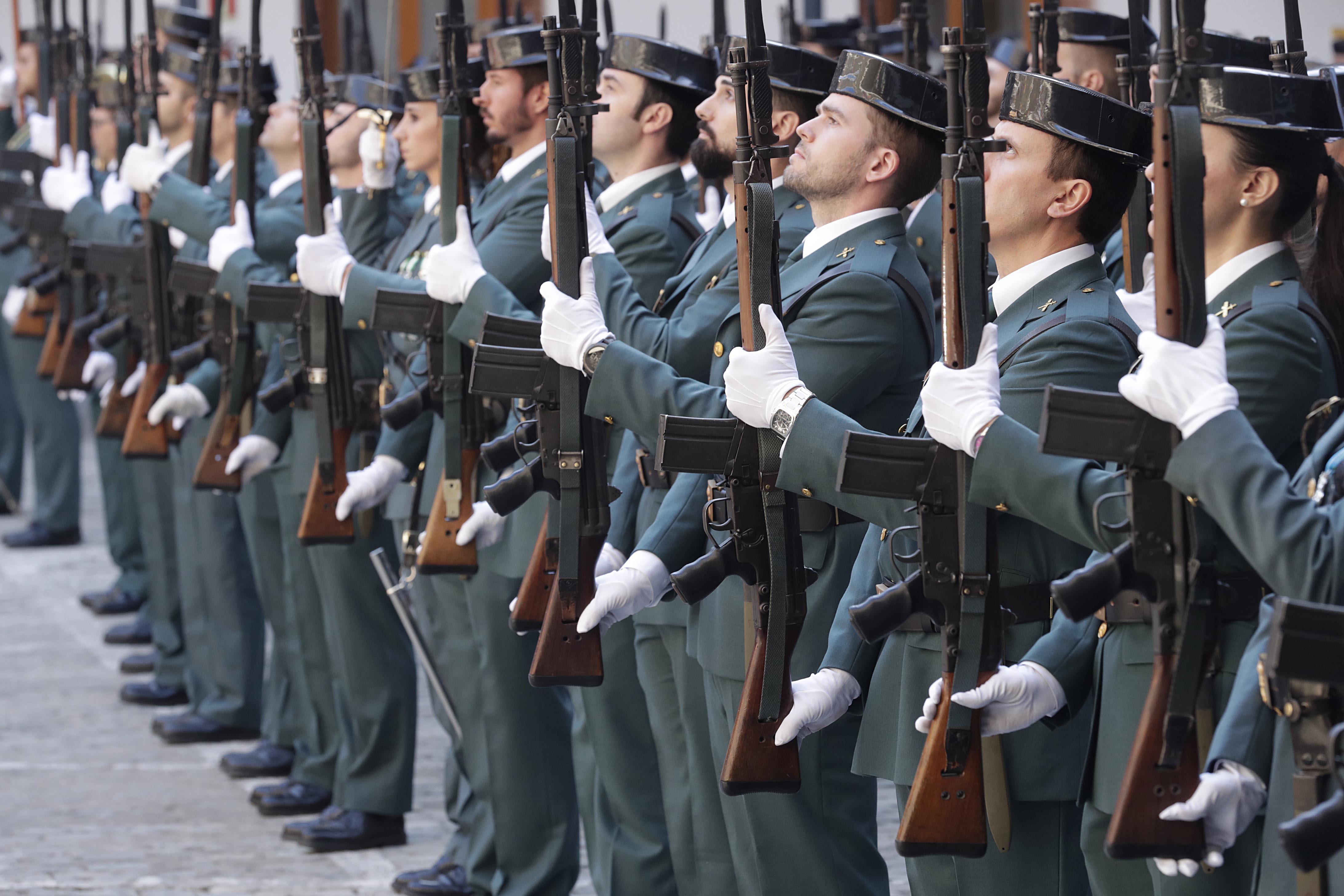 Служащим Гражданской гвардии дали три месяца, чтобы свести татуировки с открытых частей тела