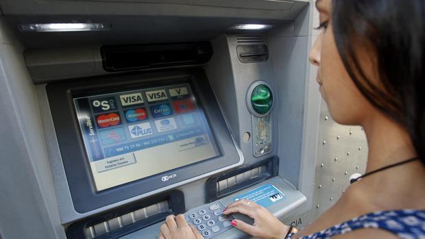 Закон ограничит банковскую комиссию за обслуживание базовых счетов €3 в месяц