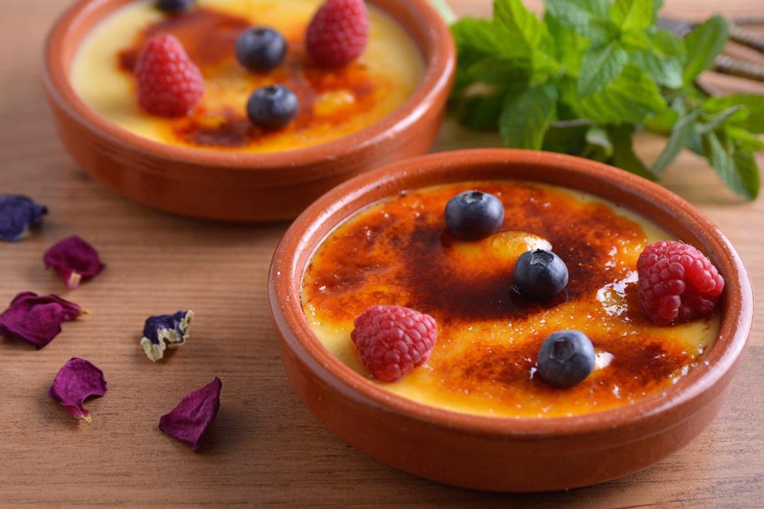 При желании десерт можно подать с фруктами или ягодами