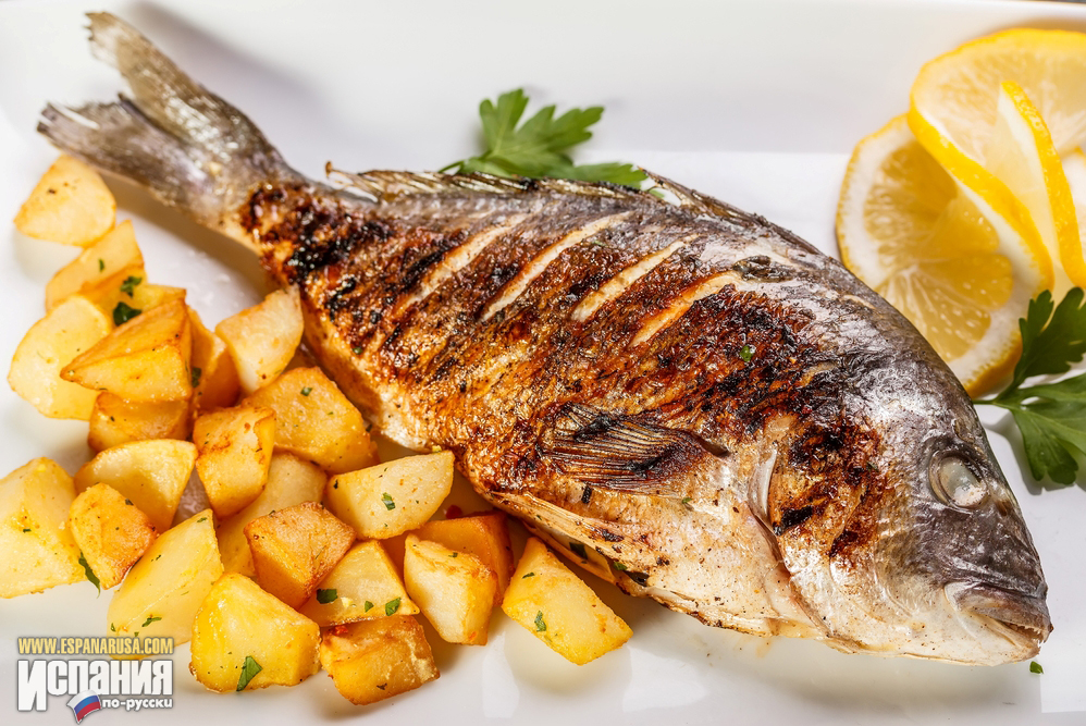 Дорада по-испански обычно запекается без фольги и с картофелем