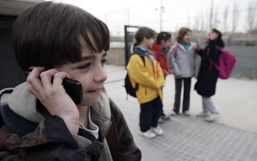 Фото дети в школе с телефоном