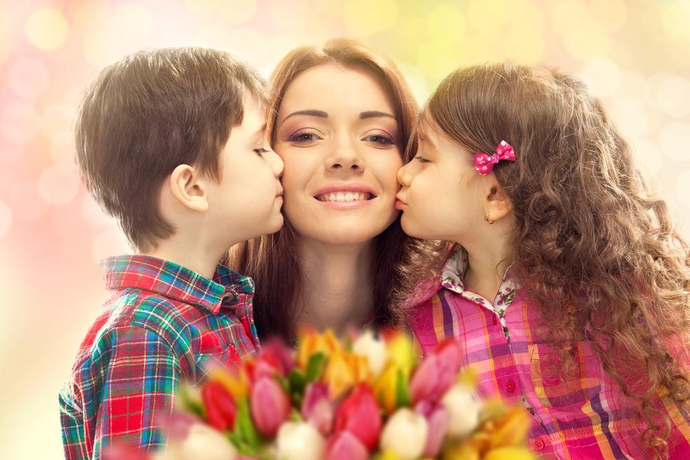 Красивая открытка мама и сын, поздравлением девочки месяцев