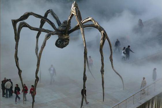 Гигантский паук Луизы Буржуа особенно жутко смотрится в туман